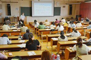 前後左右の席を空けて座り、講義を受ける学生=佐賀市本庄町の佐賀女子短期大