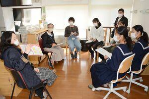 空き家活用など灯す屋の活動について取材する生徒たち=有田町大樽の灯す屋