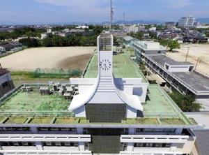 合掌した手の形を模したデザインが特徴的な校舎=佐賀市の龍谷高