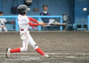 準々決勝・鹿島少年-諸富南少年 諸富南少年3回裏2死一、三塁、3番山田春樹が本塁打を放ち、3点を先制する=佐賀市の佐賀ブルースタジアム