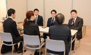 後継者の問題などの相談を受ける日本M&Aセンターの担当者ら=佐賀市