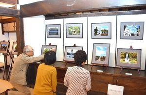 「肥前風土記の世界を撮る」をテーマに受講生の撮影した写真が並ぶ=佐賀市の山口亮一旧宅