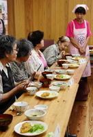 認知症予防をテーマに考えた献立を味わう参加者たち=佐賀市の神野公民館