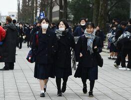 センター試験を終え、試験会場を後にする受験生ら=佐賀市の佐賀大学本庄キャンパス