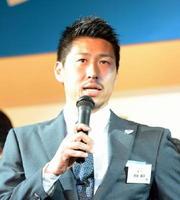 新キャプテンとして決意表明するFW豊田陽平選手=佐賀市のロイヤルチェスター佐賀