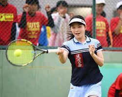 テニス女子シングルス決勝で、テンポの速いラリーで仕掛ける佐賀西の林愛莉=SAGAサンライズパーク庭球場