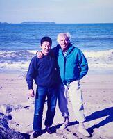 唐津湾を背景に肩を組むジャック・マイヨールと高島篤志さん=2000年12月(高島さん提供)