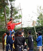 流鏑馬(うまかけ)で見事、的を射る射手=白石町の稲佐神社