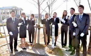 記念植樹をした上峰町の新成人たち=上峰町民センター