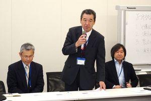 開門派の漁業者らと連携し、開門に向けて闘うことを訴えた干拓営農者の松尾公春さん(中央)=東京・永田町の衆院第1議員会館