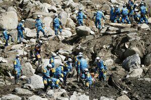 行方不明者の捜索が続く宮城県丸森町の土砂崩れ現場。警察官が慎重にスコップで土砂を掘り起こしていた=16日午後1時2分