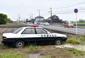 交通事故防止のため、設置している無人のパトカー=白石町福富