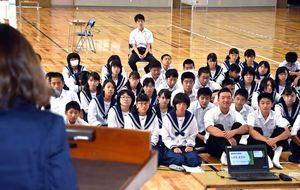 模擬町長選挙の立候補者による演説に耳を傾ける生徒たち=吉野ヶ里町の東脊振中学校