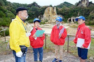 泉山磁石場で、岩崎数馬さんから説明を受けるジュニア隊のメンバ-=有田町泉山