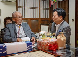 山口知事(右)と歓談する石橋さん=佐賀市富士町