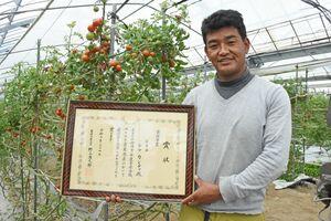 「誰もが農業をできるビジネスモデルを作りたい」と話すトマト農家のラマ・カンチャさん=唐津市浜玉町
