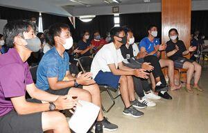 モニターを食い入るように見つめる玄海セーリングジュニアクラブの高校生たち=唐津市の佐賀県ヨットハーバー