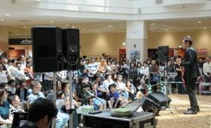 新曲「お義父さん」の発売記念ライブを開いたタレントのはなわさん(右)=佐賀市大和町のイオン佐賀大和店
