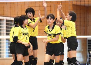 女子B1回戦・牛津-麓 ポイントを取り、ハイタッチを交わす麓の選手たち=小城市の芦刈文化体育館