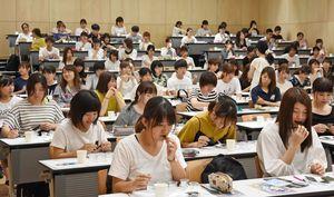 ノリの柔らかさを識別する判定試験に臨んだ西九州大の学生ら=神埼市の同校神埼キャンパス