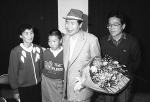 佐賀ロケのきっかけをつくり、渥美清さんと感激の対面をした嘉村範史さん。両側は両親=平成元年11月9日、富士町古湯の北部山村開発センター