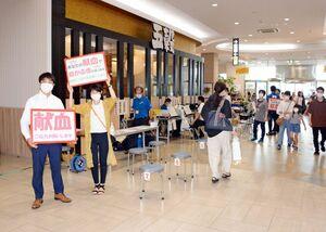 献血への協力を呼び掛ける佐賀青年会議所のメンバーら=佐賀市のゆめタウン佐賀