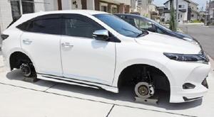 自宅玄関前の駐車場でホイールとタイヤが全て盗まれた高級SUV。コンクリートブロックの上に乗せられていた=鳥栖市