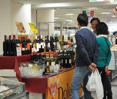 ワインを吟味する買い物客=佐賀市の佐賀玉屋