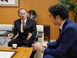 小松市長(右)に受賞を報告する武内町親林会の平原実会長=武雄市役所