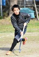 週5日はチーム合同練習。「自宅でも毎日必ずスティックを握り、練習を続けている」と言う松尾俊佑さん=伊万里市の立花小