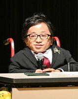 講演で、バリアフリーを推進する取り組みなどを語る内田勝也さん=佐賀市天神のアバンセ