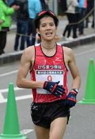 ハーフマラソン一般男子で県勢トップの5位に入った堤渉(ひらまつ病院)=鹿島市の林業体育館前