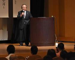高度難聴の最新治療について講話する小宗静男所長=鹿島市生涯学習センター「エイブル」