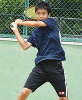 男子個人シングルス決勝 安定したラリーを展開し、優勝を飾った昭栄の俵久倖=佐賀市の県庭球場