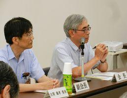 会長に就任した松尾教授(右)と、副会長の古賀保健監=佐賀市役所