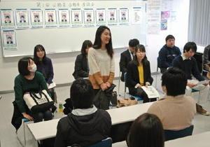 合格までの勉強の工夫などを紹介する参加者=佐賀市の九州国際情報ビジネス専門学校