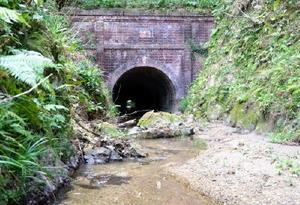 洪水を防ぐために地元住民によって建設された「大谷川隧道」の上流側坑口。れんがのアーチが美しい=唐津市千々賀