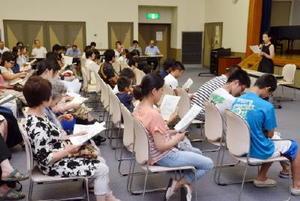 約120人が詰めかけた創作劇の説明会=基山町民会館