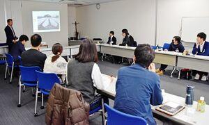 県内の若手農業経営者が集まり、モデル的な経営者の話を聞いた勉強会=佐賀市の日本政策金融公庫会議室