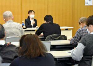 歴史に埋もれた名医について講義する中尾友香梨佐賀大教授。多くの聴講者が耳を傾けた=佐賀市立図書館