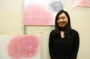 「海の紅葉」と古賀さん=佐賀市の県立美術館画廊室
