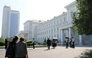 8月、日本人大学生らが交流のため訪問した金日成総合大=平壌(共同)