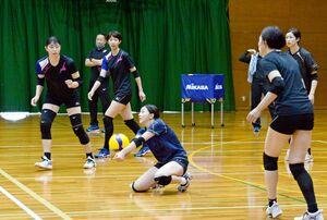 試合形式の練習でレシーブする戸江真奈(中央)ら久光スプリングスの選手たち=佐賀市のSAGAサンライズパーク総合体育館