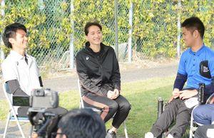 光野裕也さん(右)らと談笑する綾瀬はるかさん(中央)=佐賀市大和町の高志館高