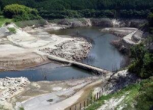 嘉瀬川ダムの貯水率が下がり、堤防から離れた場所では水没していた橋や道路が現れている=佐賀市富士町