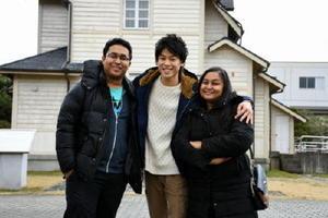 佐賀大のPR動画を監督した同大1年の西遼太郎さん(中央)と、出演した留学生のリミ・ラシドさん(右)、アリフ・ラシドさん=佐賀市の佐賀大学