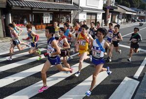 一斉にスタートする参加20チームの選手たち=有田町東出張所前(昨年の大会から)