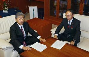 会談で厳しい表情を見せる岩屋防衛相(左)と沖縄県の玉城デニー知事=13日午後、防衛省