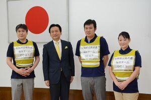 8日に発足した災害派遣福祉チームのメンバーらと山口祥義知事(左から2番目)=県庁