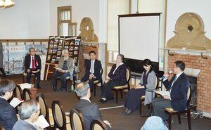 平井ゆかさん(右から2人目)や辰野智子さん(同3人目)らが参加したシンポジウム=唐津市の旧唐津銀行